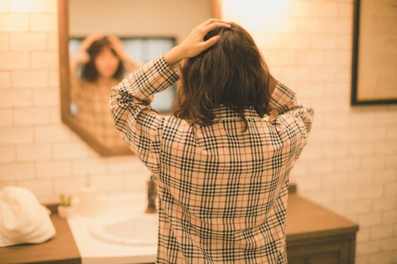 抜け毛が多いのはどのくらい?チェック方法と原因・対策を解説