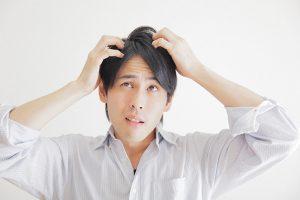 自分の薄毛は何が原因?年齢、体質、部位によって異なる原因を正しく把握